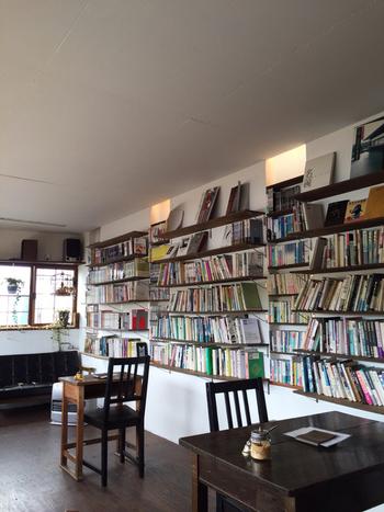 モヤウは、図書スペースがある1階と、畳部屋の2階、地下(冬季閉鎖)の3階建て。【画像は、1階の図書室。】