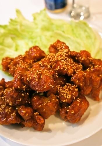 ピリッと甘辛い「ヤンニョムチキン」は韓国の定番から揚げ。市販の焼肉のタレを使って簡単に作れる韓国の味にぜひチャレンジして。