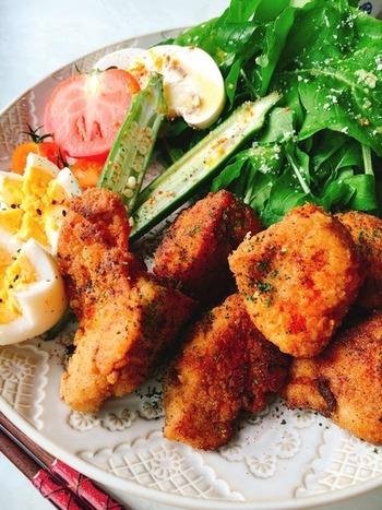 話題のブライン液(5%の塩水)にむね肉を漬け込んで。食欲をそそるナンプラーの風味がくせになる一品です。鮮やかな野菜を添えれば、お店のような華やかなプレートに。
