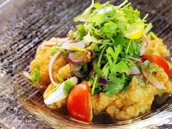 最近人気のパクチーなどを盛り付けてサラダ仕立てにアレンジすれば、茶色いから揚げも彩り豊かなひと皿に。