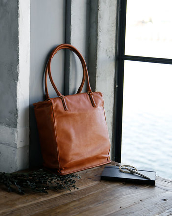 やわらかくてしっとりとした質感で、使うたびに心地良さに包まれる縦型のトートバッグ。A4サイズがしっかり収納でき、見た目にもスマートな印象のバッグはお仕事はもちろん、普段のお出かけにもぴったりです。