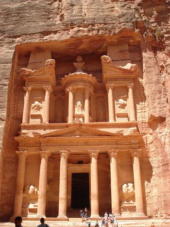 この写真で気づいた方も多いのでは?そう、映画「インディー・ジョーンズ/最後の聖戦」に登場する遺跡としても有名です。こちらは「エル・カズネ」と呼ばれる宝物殿。