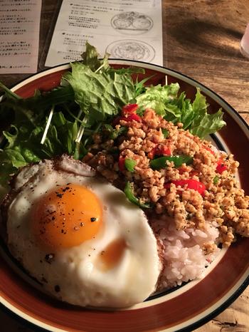 料理は他に、カレーやオムライス、トースト等など。 【画像は、タイ風のチャーハン「ガバオ」。ピリ辛のエスニック風味のライスに、目玉焼きを崩しながら頂きます。】