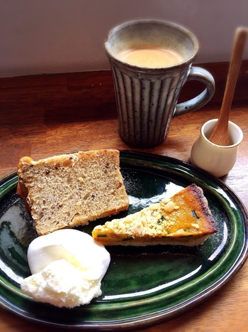 ドリンク類は、実に豊富。ブレンドやエスプレッソ、紅茶やココア等の定番メニューの他、あずきコーヒーやハニーシナモンラテ、はちみつラッシー等など多彩です。