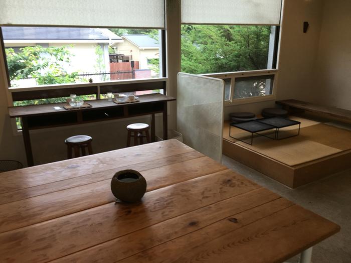 一軒家を改装した店は、1Fがケーキ類の販売、2Fがカフェスペースです。【画像は、2Fのカフェスペース。】