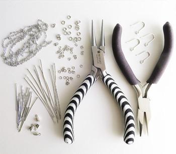「いろんなタイプのブレスレット作りを楽しみたい」と思ったら、やっとこやニッパーなどの道具が必要になってきます。レシピに合った金具・道具の種類や、丸カンの付け方などの基本的な技法を知っておきましょう。