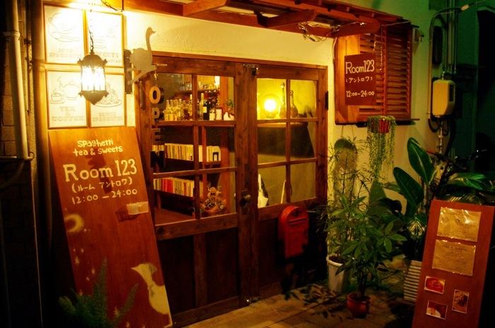 表町のオランダ通りに店舗を構える「アントロワ」は、満席な事も多く、地元でも人気のカフェ。古民家を改装したお店は、とっても落ち着いた雰囲気で、一休みするのにぴったりです。