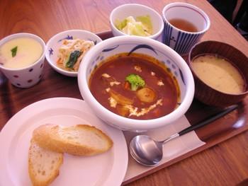 食事のメニューは、玄米や古代米が入ったご飯、茶碗蒸し、小鉢等がついたセットメニューやトーストセット等など。 【画像は、人気の「城下カフェ特製 ビーフシチューのセット」。】