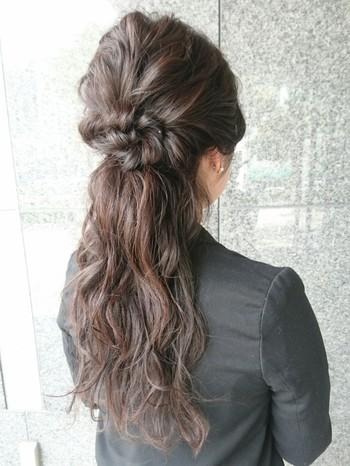 トップの髪を編み込み・または三つ編みにしてくるっと丸めて留めただけ。 まるでお花のように見えて華やかに♪