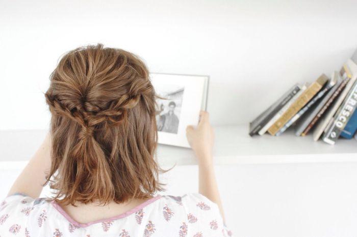 両サイドの耳上の髪をとり、三つ編みにしたら後ろでくるりんぱ。 ゴムの結び目が見えないように結び目部分に髪を巻き付ければ出来上がり☆