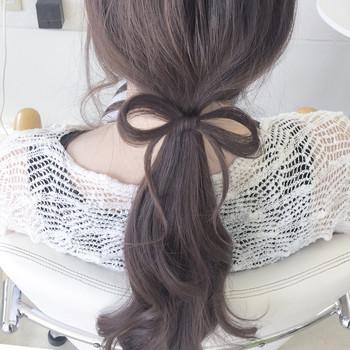 ローポニーの結び目に蝶著結び。左右の毛束を少し取って輪っかを作り、その間に髪を入れ込むだけなのでとっても簡単!