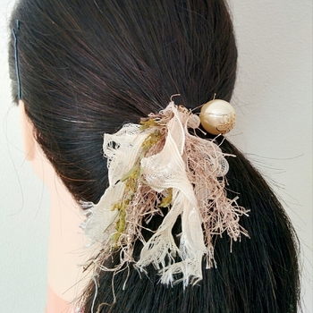存在感のある上品なパールと、無造作に揺れる糸の組合せがユニークなヘアゴム。見る角度によって糸の色んな表情が楽しめるタッセルは、自分だけのオリジナルを楽しみたい人におすすめです。