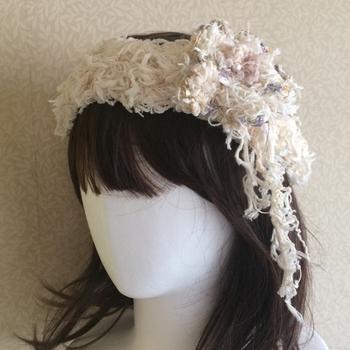 コットン糸のカチュームは、花の部分だけを外して、コサージュとしても使えます。花冠を思わせる可憐な雰囲気。ガーリーコーデをもっとキュートにしてくれるアイテム♪