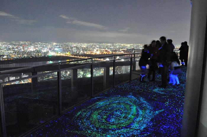 空中庭園からの夜景も見事で「夜景百選」にも選ばれています。デートにもぴったりなロケーションですね。大阪にお出かけの際には、お帰り前にぜひこちらの夜景をごらんになってはいかがでしょう。