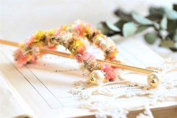 お団子ヘアを無造作にまとめたり、結んだ髪のアクセントにもかわいいマジェステ。春らしい色合いに、ゆらゆら揺れるコットンパールがエレガント♪