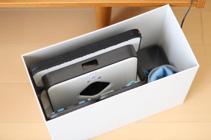 こちらは、お掃除ロボットの本体や付属品をすっぽり収納しています。他にも、PC周りのごちゃっとした配線やルーターをすっきり収納するのにファイルボックスはとても便利です。