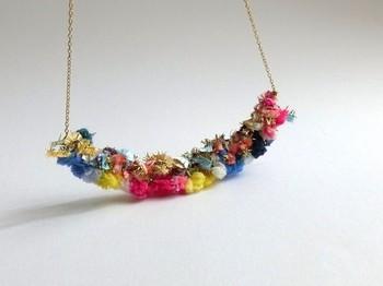 ビビッドカラーの糸を使ったネックレス。小花が寄り集まったような可憐で大人っぽい仕上がり。シンプルなコーデに合わせて、ネックレスを主役にしたくなります。