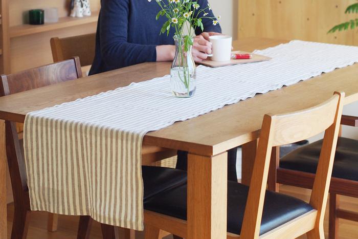 手軽に敷けるテーブルランナー。テーブルクロスよりも狭い面積ですが、テーブル全体の雰囲気を十分変えてくれるのでおすすめです。テーブルの材質や色との組み合せも楽しめます。