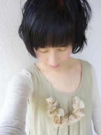 ナチュラルカラーのアヴリルの糸を編んでボリュームをだしたネックレスは、胸元を華やかに飾るコサージュみたい♪ 紐で長さを調節するタイプなので、ファッションに合わせて色んなアレンジが楽しめます。