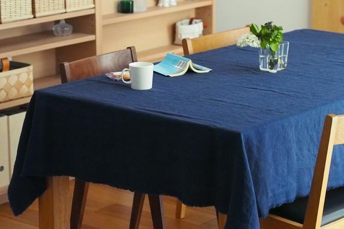 シンプルな無地のテーブルクロス。ネイビー1色のテーブルクロスは空間がキリッと締まります。