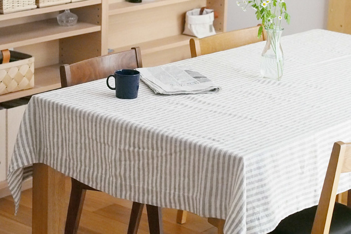 ストライプ柄のテーブルクロスは爽やかなモーニングテーブルにぴったり。リネン素材の独特なシワ感がナチュラルでやさしい雰囲気です。