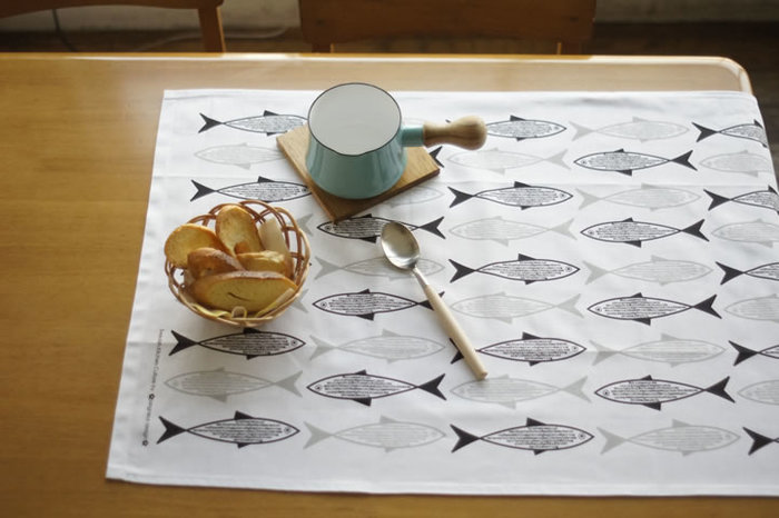 モノトーンの魚柄が可愛くて大人っぽくも感じるクロス。プレイスマットとしてさっと敷くだけでおしゃれです。
