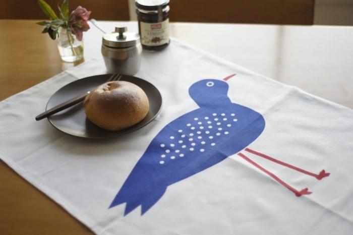 ポップでキュートなバード柄のクロス。何気ないいつもの食卓がおしゃれなカフェのように演出できます。