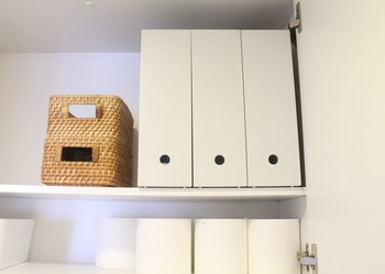 高さのあるトイレの収納は、物の出し入れが面倒だったりしますよね。指穴のあるファイルボックスなら取り出しやすく、スペースも無駄なく活用できます。ちなみに、ファイルボックスにはトイレットペーパーを重ねて収納している人も多いようです◎!
