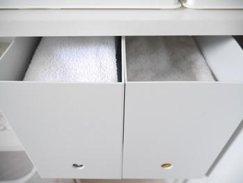 こんな風にファイルボックスはバスタオル収納に使っています。ファブリック類を収納するというアイデアは、他にも応用が効きそう◎!