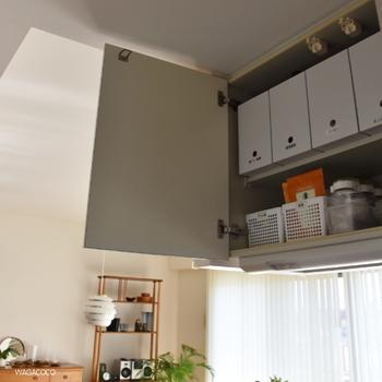 吊戸棚など、キッチンの高い収納場所でもファイルボックスが大活躍。スペースを無駄なく使えるのがうれしい◎!