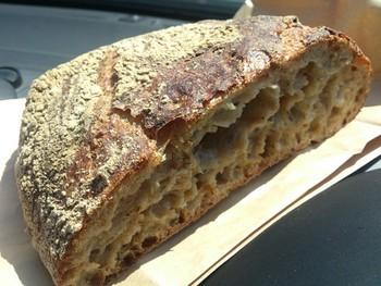 ほんのりとした酸味と雑穀のつぶ感も心地よいパンストック。オーナーさんの思いがこもった美味しいパンです。