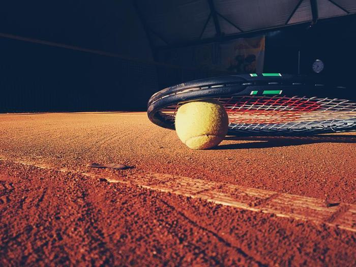 1936年フランス生まれのスプリングコート。 コットンとゴムで作られた靴は、当時としてはスプリングが効く画期的なシューズでした。テニスをするのにも向いていて、コートを自在に駆けまわることができることから、その名がつきました。