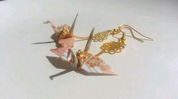千代紙の折り鶴でピアスを。ピアスだったら、いつものファッションにさりげなく取り入れることができますね。海外の方への贈り物にしても喜ばれそう♪
