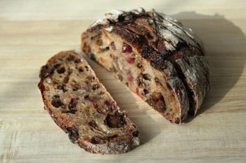 こちらは「クランベリープルーンのルヴァン」。食べるだけで女子力がUPしそうなパン♪朝食に、おやつに、ゆっくり噛みしめて味わいたいパンです。