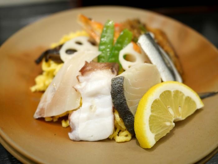 """「吾妻寿司 さんすて岡山店」は、駅と直結している「さんすて岡山」の2階。創業明治45年の地元で愛される寿司店です。出張時や旅の最後に立ち寄るのにとっても便利。おすすめは、やっぱり、岡山名物の""""ままかり""""と「岡山ばら寿司」。 【画像は、持ち帰りもOKの名物「岡山ばら寿司」。ままかりや鰆、穴子やシャコ等の瀬戸内の魚介が種類豊富にのせられています。】"""