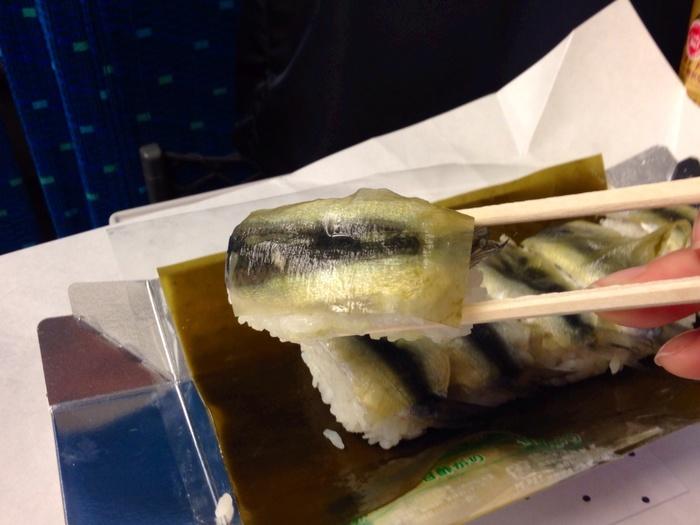 """隣家にご飯(まんま)を借りに行くほどに美味しい!ということから付いた名が付いたと云われる""""ままかり""""は、ニシン科の魚です。この店の「ままかりずし」は、二種の昆布を贅沢に使っているので、味わい深く絶品と評判です。持ち帰りもOK。"""