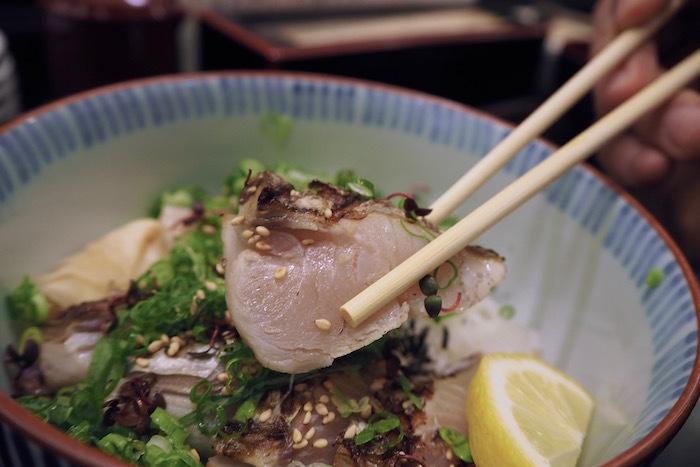 岡山県人にとって、鰆(さわら)は特別な魚。特にハレの日のご馳走には欠かせない魚です。淡白な中に脂もあり、炙ると旨味が増して美味しくなります。 【画像は、炙った鰆がたっぷりのった「さわら丼」。これも人気。】