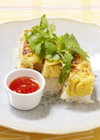切り干し大根の卵焼きは、台湾の屋台でも有名。こちらは、切り干し大根にザーサイなども加えてアレンジした卵焼きを、にんにくしょうがご飯の上にのっけています。パリパリした歯応えも楽しい、いつもとは違う卵焼きです♪