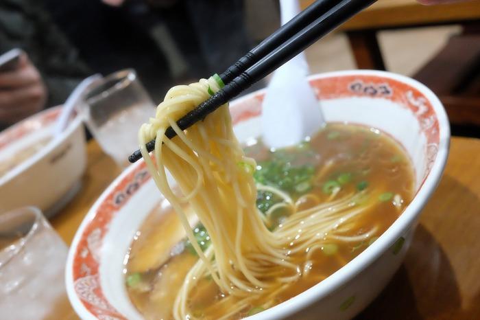 """「中華そば山富士」は、""""岡山ラーメン""""を代表する老舗店の一つ。JR岡山駅から歩いて5分程。 人気は、青ネギがたっぷり入った「ねぎ中華」ですが、ラーメン本来の美味しさを楽しむのなら、シンプルな「中華そば」がおすすめ。細めのストレート麺は、ツルツルと滑らかで歯応え良く、濃い目の醤油スープと良く合います。"""