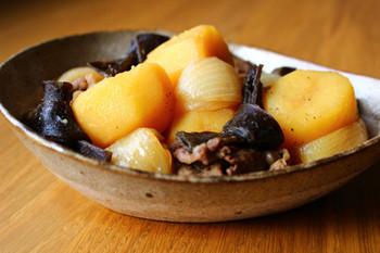 定番の肉じゃがに昆布を加えたアレンジレシピ。昆布と牛肉から出たうま味が、ホクホクのじゃがいもにしみしみに!いつもの肉じゃがにマンネリを感じたら試してみたい一品。