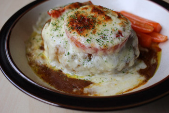 ハンバーグにカレーソース、ホワイトソース、チーズをトッピングしてトースターでこんがりと焼いたグラタン。トマトもトッピングすることで意外とあっさりとした味わいだとか。カロリーを気にせず、豪快に食べたいメニューです。