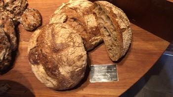 こちらはお店の名前と同じ「パンストック」というパンです。ドイツのオーガニック焙煎五穀粉が入ったライ麦入りカンパーニュで、珈琲のような深い穀物の香りと歯切れの良いねっとり感が魅力。