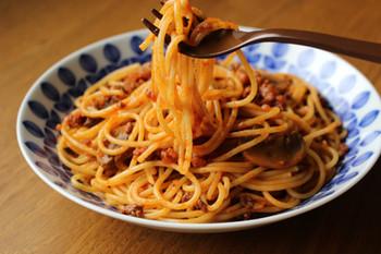 家庭料理の定番パスタ、ミートソーススパゲッティは赤ワインと市販の野菜ジュースを使ってソースを作るレシピ。濃厚な野菜ジュースが美味しさの決め手です。