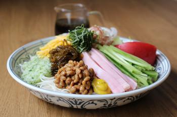 同じく麺類からは、豪快な見た目の一皿をご紹介。冷蔵庫にあるものをなんでものっけてしまう(!)大胆なレシピです。食欲の低下する夏場も、これならモリモリ食べられそうですね。
