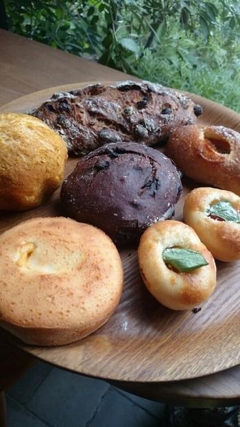 チョコ好きな人に絶対おススめなのが、中央の「カカオドショコラ」です。ハード系の中の甘さ担当パン。チョコ生地にチョコチップがたっぷりのパンは、焼きたてだとチョコの塊がトロっととけてまた美味。