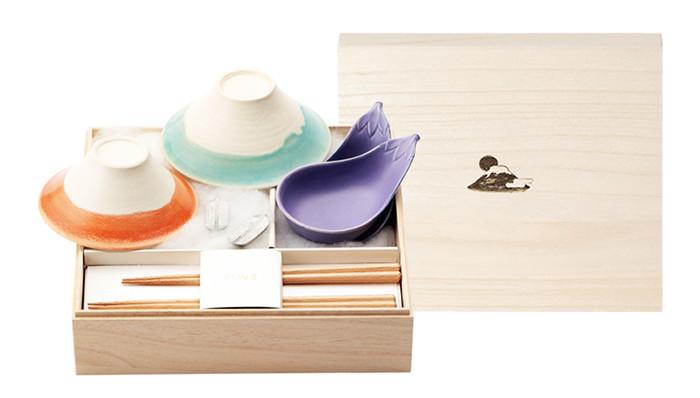 波佐見焼の富士山茶碗のセット「FUJIWAN(ふじわん)」は使うだけじゃなく、飾っても素敵。青富士と赤富士が並ぶと彩りも綺麗ですね。FUJIWAN セットに付属しているのは鷹の羽をモチーフにした箸置きと茄子の小鉢、箸。一富士二鷹三茄子のユーモアたっぷりの縁起のいいプレゼントです。