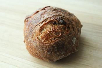 「木の実パン」は噛めば口の中でザクザク食感を奏でられます。ナッツ系のパンも大人気で、じゃがいもや蜂蜜が入った硬いけどふんわりという絶妙な食感が人気。