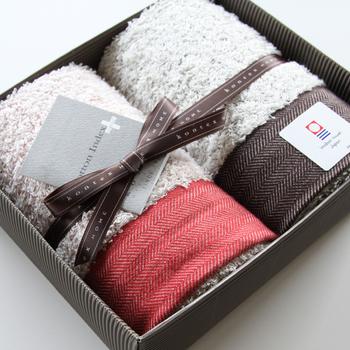 顔を洗ったら上質なタオルに包まれてさっぱり。今治ブランドの柔らかで毎日使ってもヘタレにくいフェイスタオル。 何枚あっても嬉しいものだから、普段何を使っているかわからない、遠方の両親にも気軽に贈れるのが嬉しいポイント。