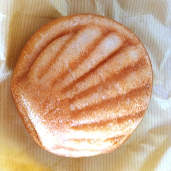 可愛くて思わず手に取ってしまいたくなるパンは、毎日100個売れる人気パン「キビック」です。  ブリオッシュぽいバター感が楽しめる生地の中には、甘さ控えめのクリームが入っていて、焼き直すとサクサクの生地とクリームの口どけを楽しめます。