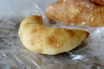 三日月形が目を引くパンは、アンチョビソース漬けのオリーブの実が4つ入った「アンチョビオリーブ」。もっちりパンからコロコロ出てくるオリーブが美味♪
